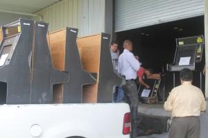 el presidente y empleados de Master Amusement junto al abogado Efrain Gonzalez recogiendo las maquinas