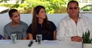 Emmanuel Rodriguez, Zaidi Guzmán, directora de proyectos especiales de la empresa Ifco y el alcalde de Dorado, Carlos López