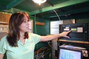Foto 2 Dra. Olga Mayol muestra parte del equipo de monitoreo en la estación