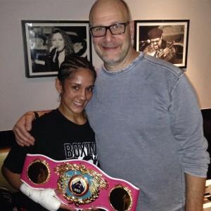 Amanda con su promotor Lou Dibella