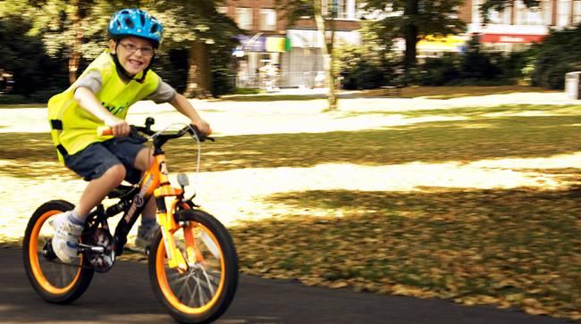 Niña Feliz Andar En Bicicleta: ¿Cómo Influye En El Desarrollo De Los Niños Su Primera