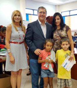 ALCALDE CABO ROJO ENTREGA VALES EDUCATIVOS JUNTO A PRIMERA DAMA