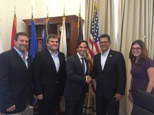 Al centro el presidente de la Asociación de Constructores de Puerto Rico arq. Ricardo Álvarez-Díaz y miembros de la directiva de la ACP