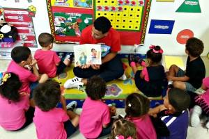 joven-promotor-de-lectura-leyendo-a-nia%c2%b1os