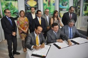 alcalde-de-mayaguez-firma-acuerdo-muelle