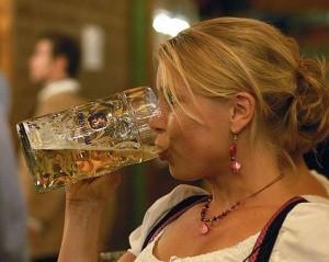 Mujer-tomando-cerveza-alcohol